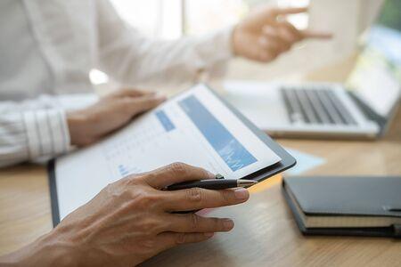 Zespół biznesowy przeprowadza burzę mózgów i dyskutuje z danymi finansowymi i wykresem raportu. Koncepcja pracy spotkania pracy zespołowej. Zdjęcie Seryjne