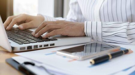 노트북을 사용하여 회사 실적 차트를 확인하는 비즈니스 여성. 비즈니스 개념입니다.