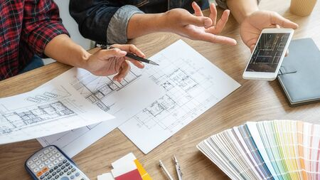 インテリアデザイナーと建築家は、青写真でオフィスで家の着色の選択のためのカラー見本サンプルチャートの色を選択します。建設コンセプト。