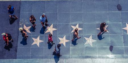Hollywood / Los Angeles / Californië / VS - 07.19.2013: Uitzicht vanaf de top op veel mensen die op de stoep Walk Of Fame lopen met de sterren van beroemde mensen, op de zonnige dag. Redactioneel