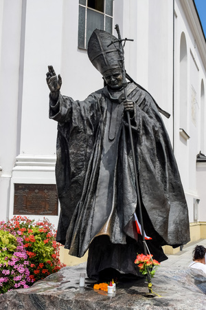 Wadowice / Poland - July 7.2018: Monument of John Paul the Second Pope ( Karol Wojtyla) located in the city where he was born on the south of the country. Zdjęcie Seryjne - 115825713