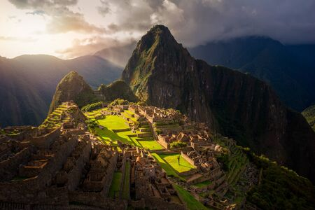 Majestic sunset over the Machu Picchu / Huayna Picchu mountain with Incan sacred city ruins. Beautiful landscape. Imagens