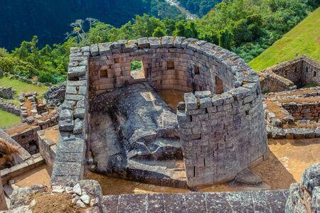 Vista del templo ceremonial del sol construido por los incas en la montaña Machu Picchu. Sitio arqueológico. Atracción turística popular.