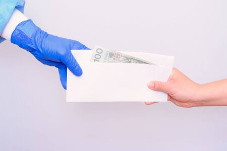 Bribery. Corruption in the medical health care industry. Accepting cash in the hospital. Banque d'images