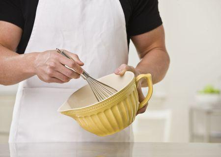 hombre cocinando: Hombres musculosos, con bata blanca y un taz�n. Horizontal.