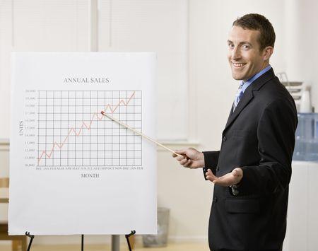 Homme d'affaires donnant une présentation. Tir verticalement encadré. Banque d'images - 6393845