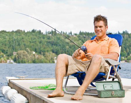 hombre pescando: Pesca en el muelle de hombre Foto de archivo