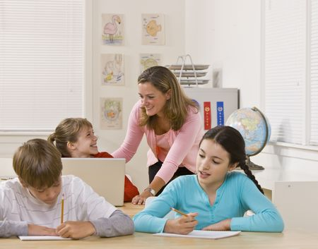 Teacher helping student Standard-Bild