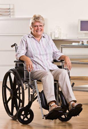 Senior mujer sentada en silla de ruedas Foto de archivo - 6583066