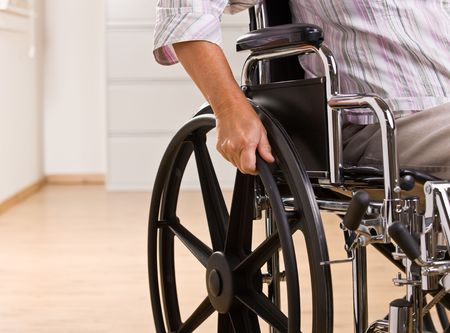 persona en silla de ruedas: Senior mujer sentada en silla de ruedas Foto de archivo