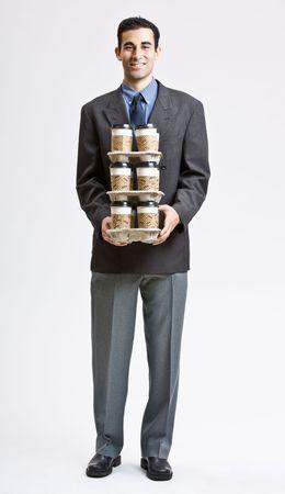 Zaken man die uitvoering van stapel van kopjes koffie