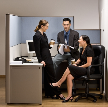 사무실 칸막이에서 이야기하는 동료