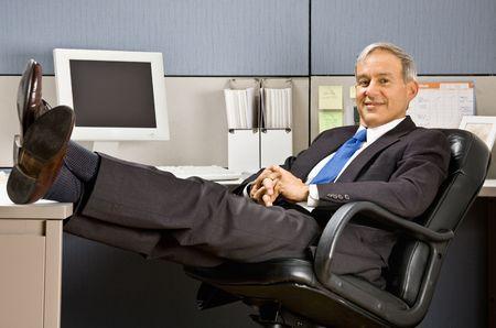pies masculinos: Hombre de negocios con los pies encima en mostrador