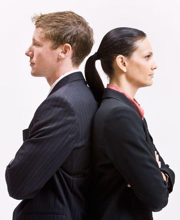 conflicto: Gente de negocios permanente de espalda contra espalda