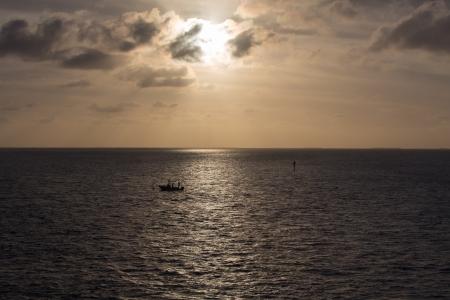 llave de sol: El sol se pone sobre un barco de pesca solitaria en el Golfo de M�xico Esta imagen fue tomada desde el hist�rico puente de siete millas de Cayo Marathon, en los Cayos de Florida