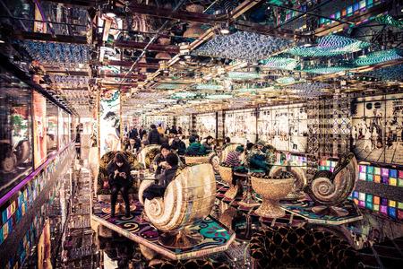 東京、日本のロボット レストラン ラウンジの中のかいま見