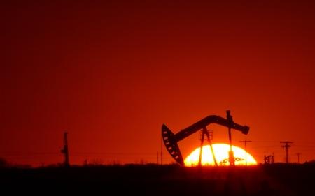 Pompe à huile dans le champ de la Saskatchewan au coucher du soleil