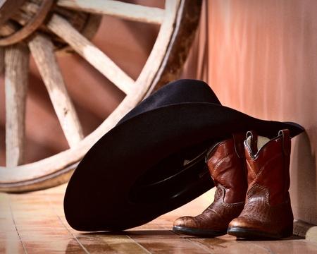 botas vaqueras: Sombrero de vaquero apoy�ndose en botas Foto de archivo