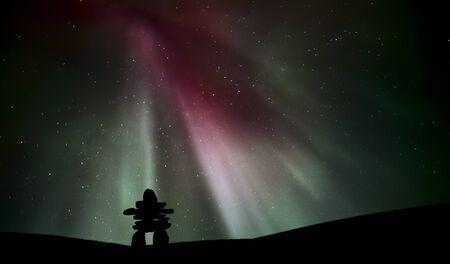 Luz del Norte por encima de un inukchuk en Saskatchewan Foto de archivo - 8460492