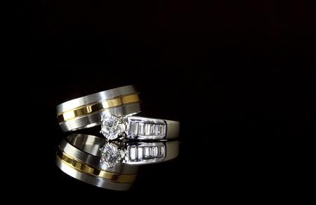 Jewelry weerspiegeld op zwart glas