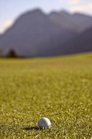 背景にぼやけ山にゴルフ ・ ボール 写真素材