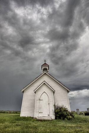 Iglesia del país viejo con nubes de tormenta Foto de archivo - 9926061