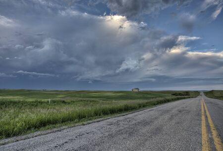 school house: Pradera Camino y de la Escuela Casa Saskatchewan Canad� Foto de archivo