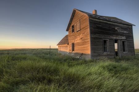 Ven abandonado caserío Saskatchewan Canadá sunset y pradera Foto de archivo - 10695335