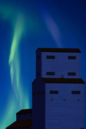 magnetosphere: Northern Lights e Grain Elevator Saskatchewan Canada