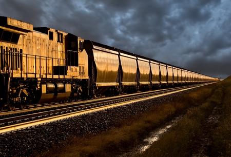 일몰 늦은 날 서스 캐처 원 캐나다에서 기차 스톡 콘텐츠
