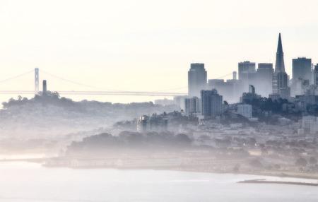 San Francisco Skyline brouillard de roulement dans le lever du soleil du matin