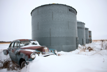 abandoned car: Antique pontiac coche abandonado en invierno canad�