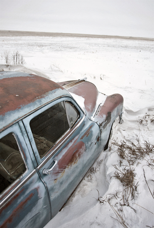 abandoned car: Antiguo coche abandonado en invierno canad�
