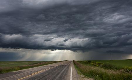 Nubes de tormenta Prairie Sky Canadá peligro Siniestro Foto de archivo - 44282609