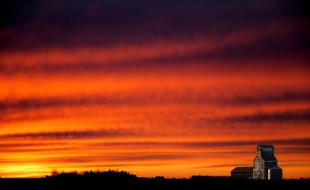 Saskatchewan Prairie Sunset rrural countryside colorful sky 版權商用圖片