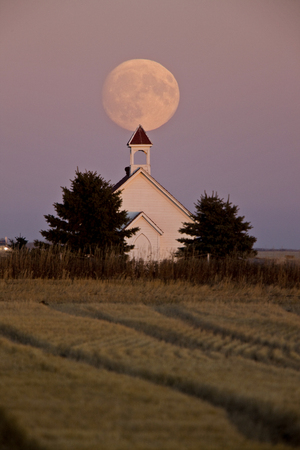 Old Country Church in Saskatchewan full harvest moon Standard-Bild