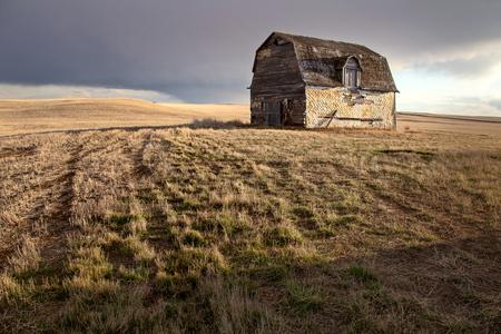 Prairie Storm Clouds rural Saskatchewan Old Barn 版權商用圖片