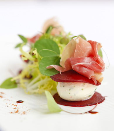 carnes y verduras: Salad of goats cheese, parma ham and beetroot.
