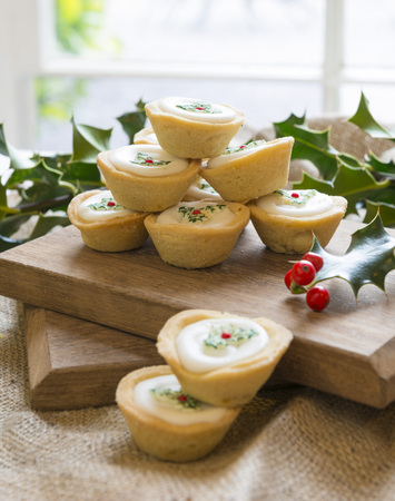 Christmas decorated mince pies in a rustic setting LANG_EVOIMAGES
