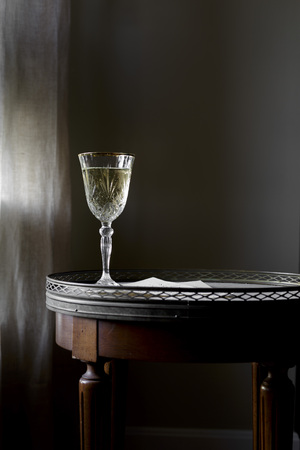 White Wine on a table against a dark background. LANG_EVOIMAGES