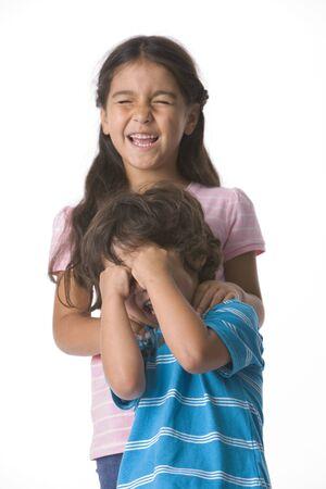 closed eyes: Broer en zus wachten met gesloten ogen voor een verrassing