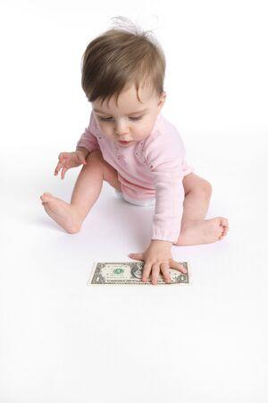 pick money: Baby girl es recoger un d�lar de la planta