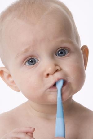 cepillarse los dientes: Baby Boy se est� lavando los dientes con un cepillo de dientes