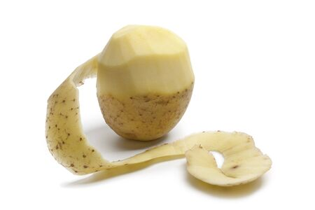 soyulmuş:  Half peeled potato isolated on white background