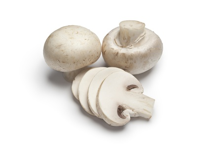 funghi:  Champignons freschi, champignons, su sfondo bianco
