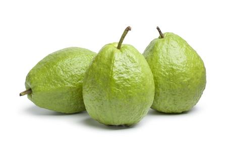 guayaba:  Fruto de guayaba todo fresco sobre fondo blanco