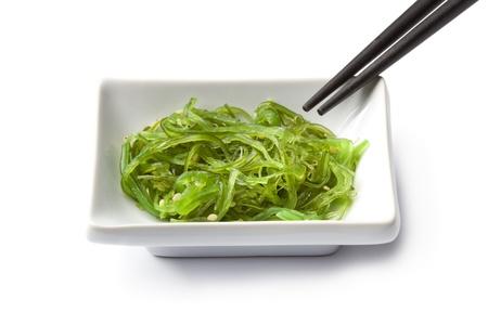 algas marinas:  Plato con ensalada de algas japonesa sobre fondo blanco