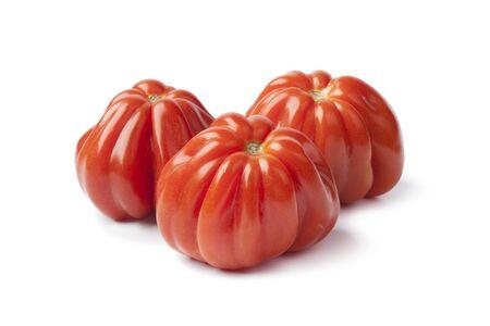 pomidory: Coeur de boeuff pomidorów na białym tle