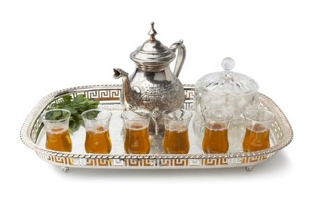 Plateau avec thé à la menthe marocaine traditionnelle