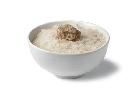 truffe blanche: Tasse de riz cru avec la truffe blanche fra�che sur fond blanc Banque d'images